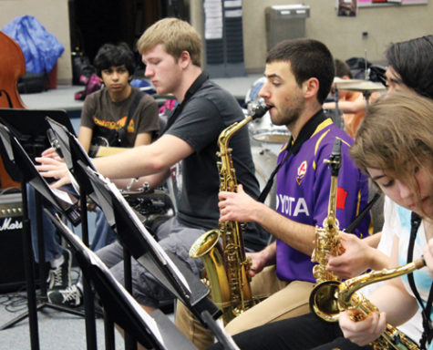 THE JAZZ AGE: Jakub Walerstein, Jazz Band I member and junior (in purple), practices with the jazz band before school in preparation for Jazz a la Mode. Band director Michael Pote said he expects this performance to be one of the best yet. ALICE ZHU / PHOTO