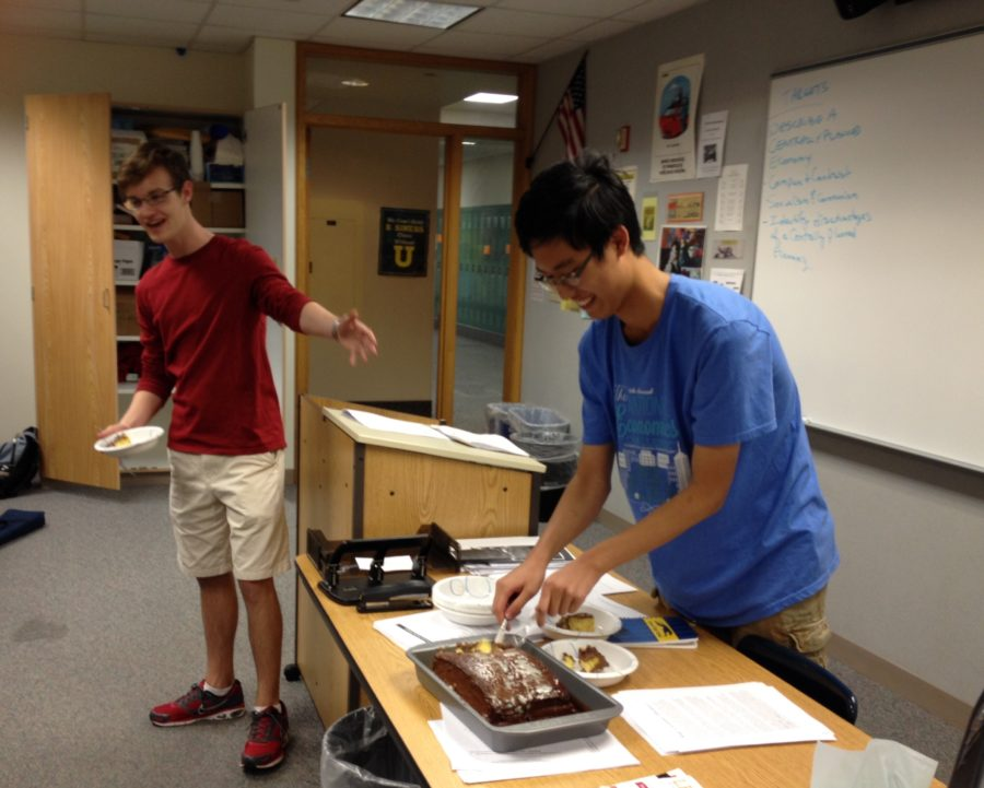 Former club president Kevin Mi returns to chess club to bring members some cake. Mi was Chess Club president for over a year until he graduated last year. TERESA CHEN / PHOTO