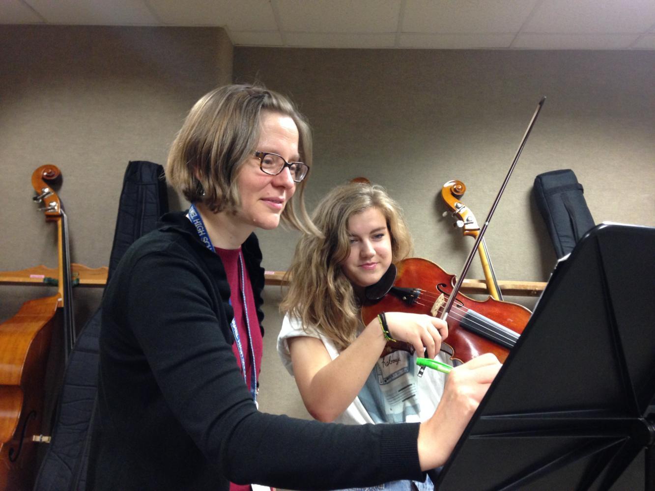 Director of Orchestras Elisabeth Ohly-Davis helps senior Eliza Hadden during an SRT practice session. Ohly-Davis said,