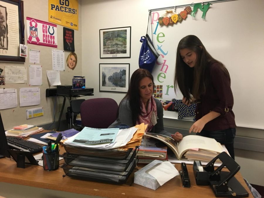 K-8 mentoring teacher Robin Pletcher(Left) and mentor and senior Breana Davis(Right) have a discussion during SRT.