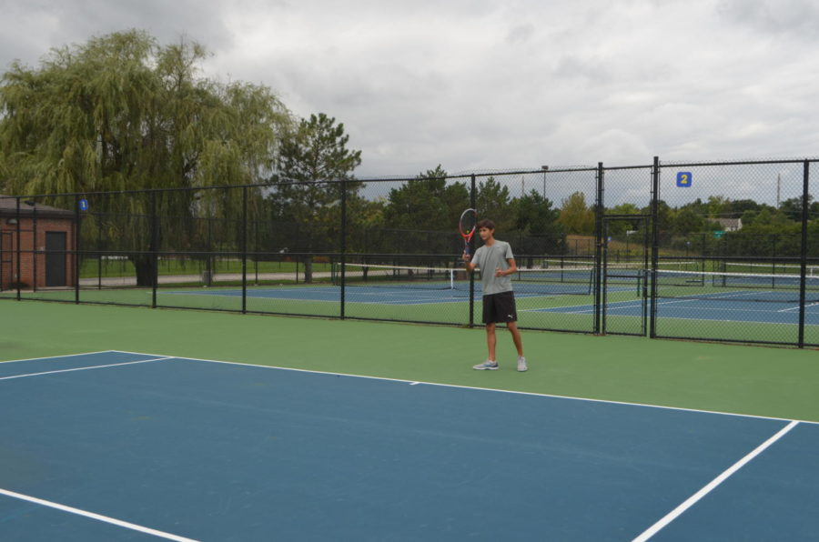 Will+Brune%2C+varsity+tennis+player+and+senior%2C+hits+the+tennis+ball+during+practice.+The+men%E2%80%99s+tennis+team+plays+at+the+MIC+Championship+on+Sept.+13+at+Ben+Davis+High+School.+