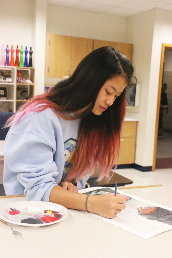 Sophomore Shannon Xie works on the finishing touches of her acrylic artwork during art cWlass. She said she is extremely picky with which types of paints she uses and usually brings them from home.