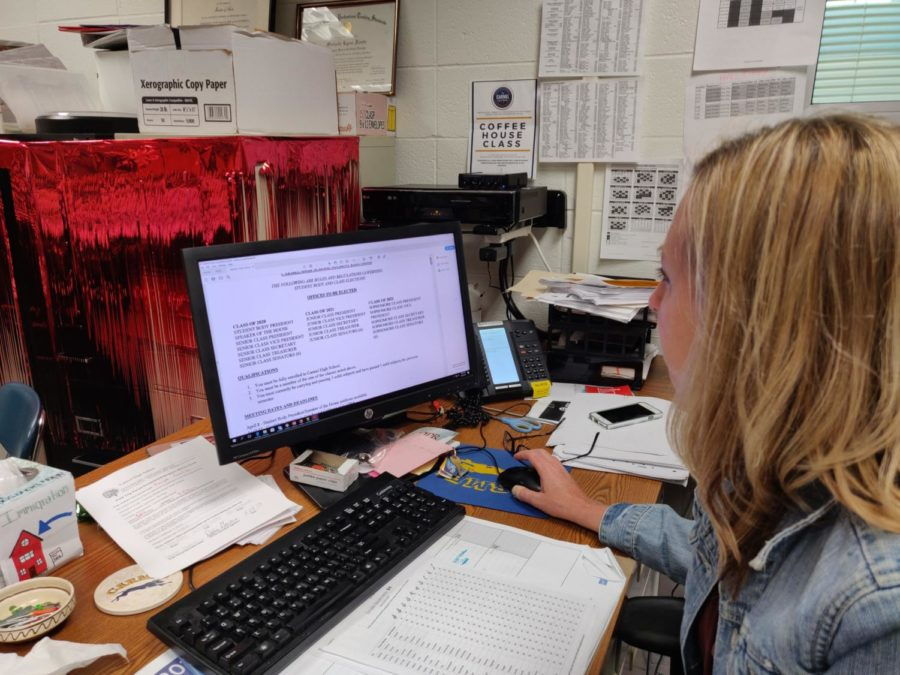 Michelle Foutz, Senate sponsor and social studies teacher, looks over the Senate elections rules and regulations. According to Foutz, these elections is the final event for current members of Senate.