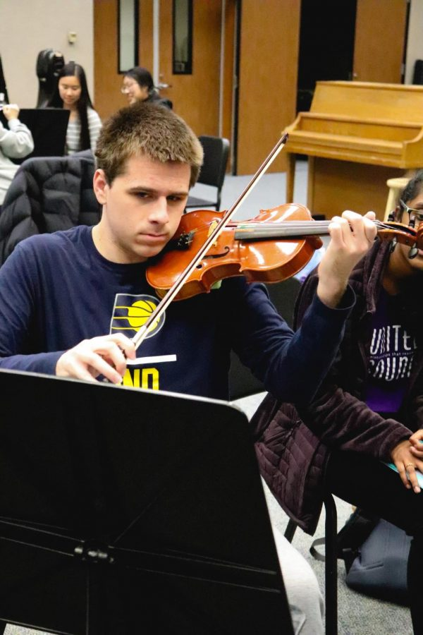 MUSICIAN IN TRAINING: Blake Dauby, United Sound new musician and senior, rehearses his piece for the upcoming United Sound concert at practice on Feb. 24. Dauby and other United Sound musicians will perform this piece at the rapidly approaching concert on Mar. 14.