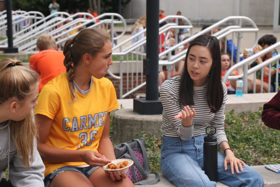 Student body president Maddie Heath socializes outside the freshman cafeteria with freshman during lunch. She said the extended SRT in the new late start schedule will be beneficial for all students.