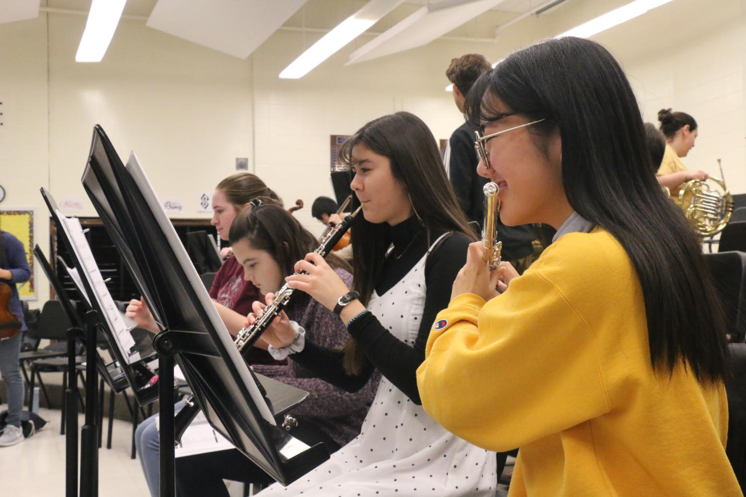 SPECTACULAR+SENIORS%3A+Flutist+and+senior+Jaehee+Kim+and+oboist+and+senior+Alyssa+Smith+warm+up+during+SRT+on+Nov.+1.+Kim+and+Smith+rehearsed+for+Holiday+Spectacular+2019%3A+%22Senses+of+the+Season%22+that+will+take+place+on+Dec.+4+to+8.